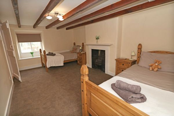 1 Coquet Lodge, Warkworth, spacious twin bedroom with ensuite