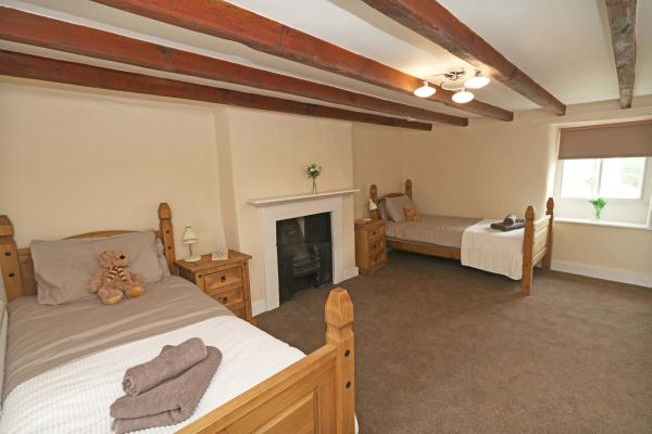 1 Coquet Lodge, Warkworth, twin bedroom with ensuite shower room