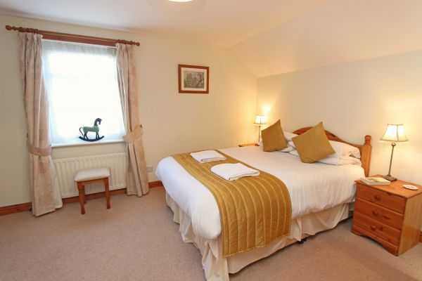 Ferguson Cottage, double bedroom with en-suite bathroom