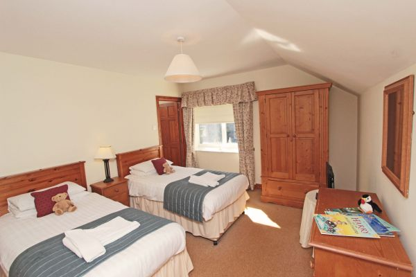 The Mill House, twin bedroom with en-suite bathroom