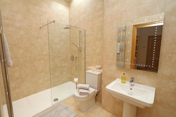 Thornbrae Lodge, shower room