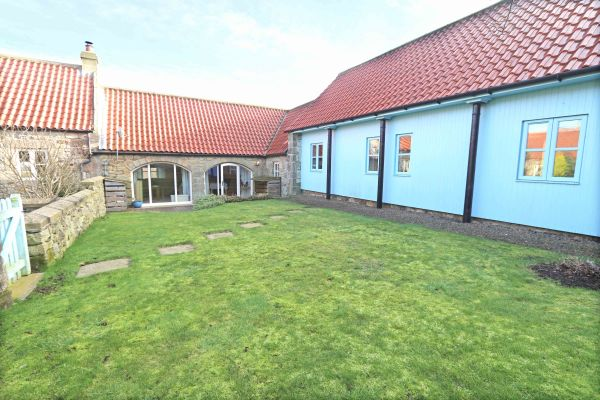 Blue Barn, Bamburgh - rear garden