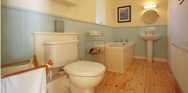 Courtyard Cottage No 3, bathroom