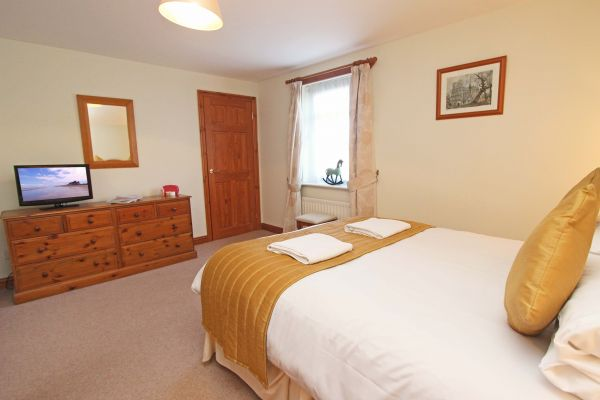 Ferguson Cottage, double bedroom with en-suite bathroom / shower