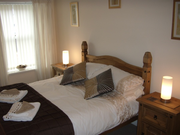 Hollyhocks bedroom is near Alnmouth Golf Club