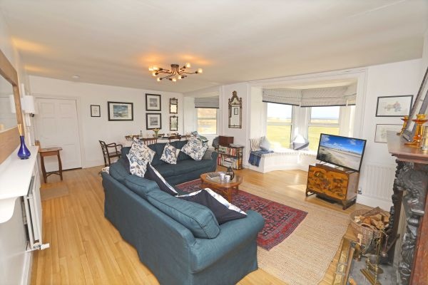 Mariners House, Alnmouth - open plan living space with dining table