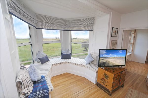 Mariners House, Alnmouth - stunning views from lovely bay windows