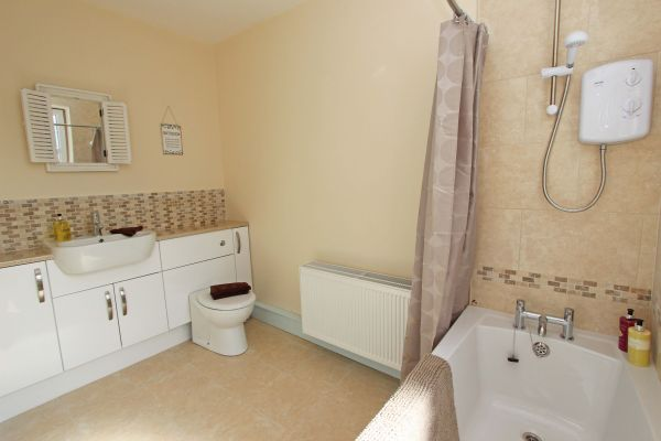 Sandy Toes Cottage - ground floor family bathroom