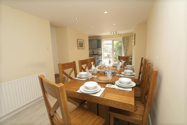 Star House, Rothbury - dining table with views of patio