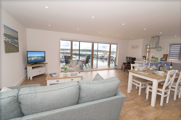 Still Waters, Amble spacious lounge with views of marina